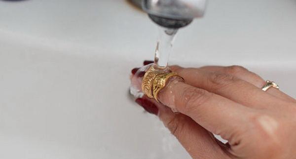 Кольцо под водой