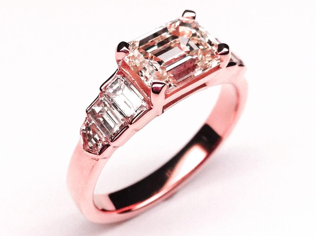 Кольцо с розовым оттенком