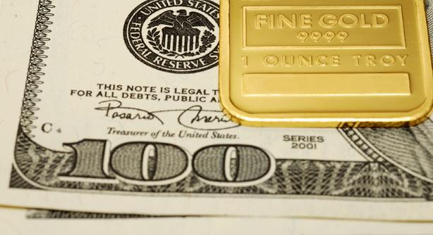 Слиток золота и стодолларовая купюра