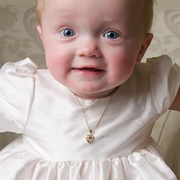 Ребенок с золотой цепочкой