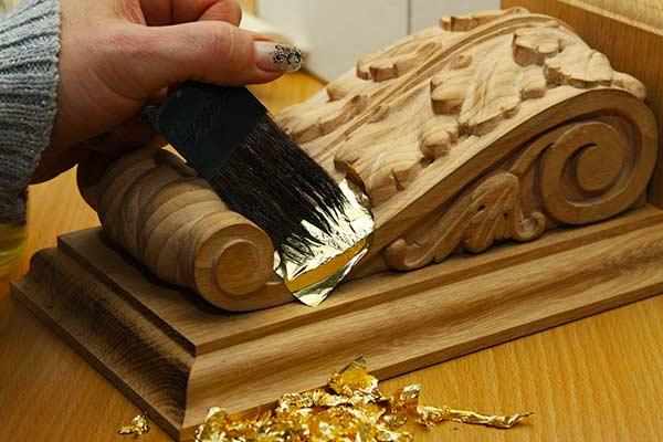 Нанесение листов сусального золота