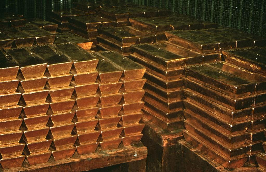 Золотые слитки на складе