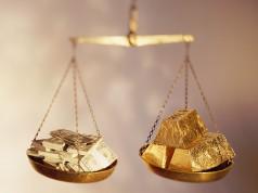 Золото и доллары на весах