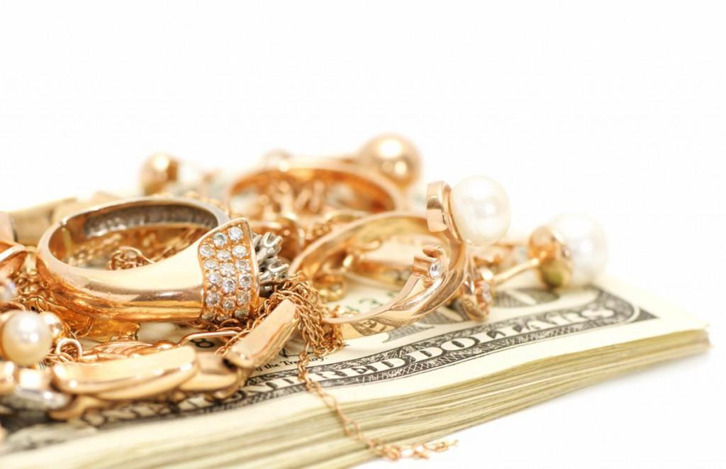 Украшения на пачке долларов