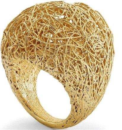 Кольцо из золотой нити.