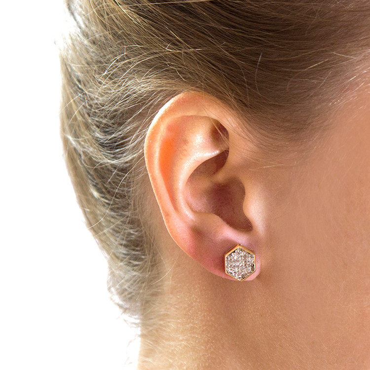 Сережка с бриллиантами на ухе