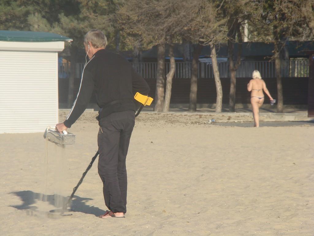 Использование металлоискателя для поисков драгметалла по пляжу