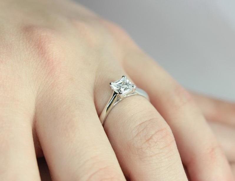 Платиновое кольцо на пальце