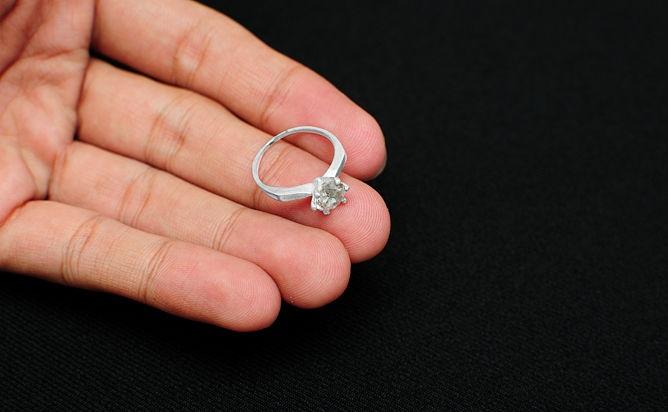 Платиновое кольцо на руке