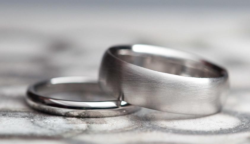 Широкое и узкое кольцо из платины