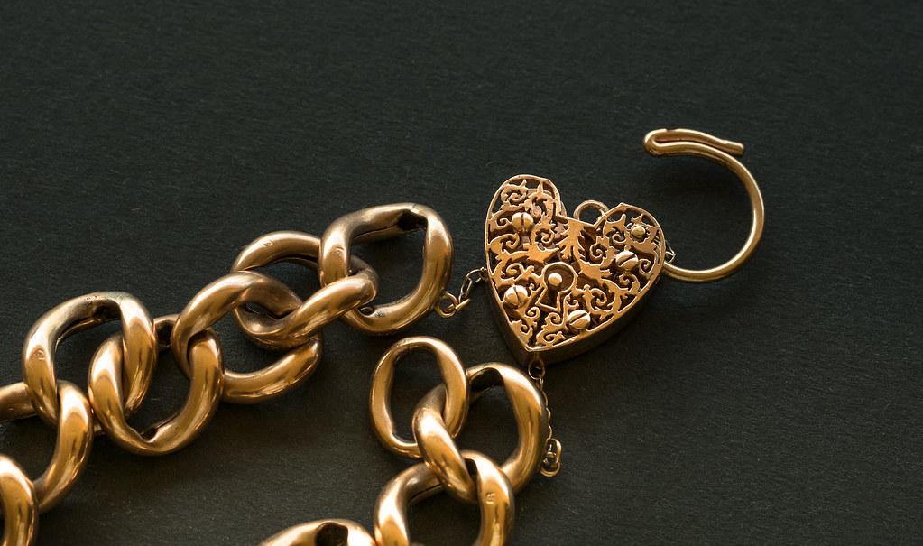 Золотое украшение на цепочке с открытым сердцем для сдачи в ломбард