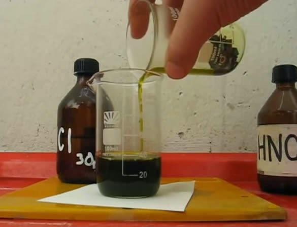 Азотная кислота переливается из ёмкости